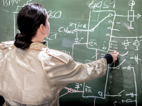 Mujer matemática haciendo cálculos