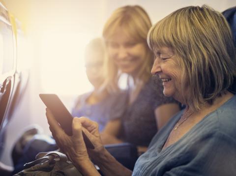 Mujer mayor utilizando una tablet