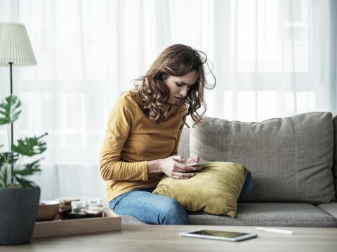 Mujer preocupada mirando su teléfono