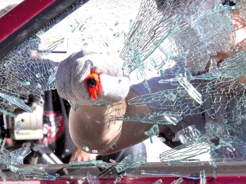 Usuario rompiendo cristal de coche con Resqme
