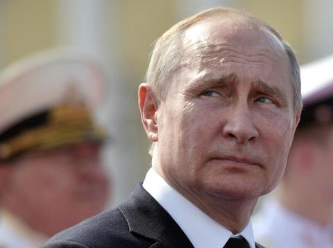 El presidente ruso Vladimir Putin asiste al desfile del Día de la Marina en San Petersburgo