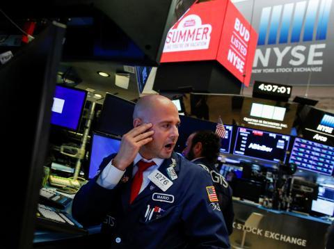 Trader grita una orden en Wall Street