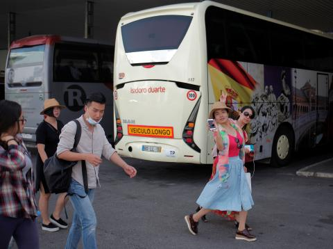 Turistas asiáticos en la estación de autobús de Ronda.