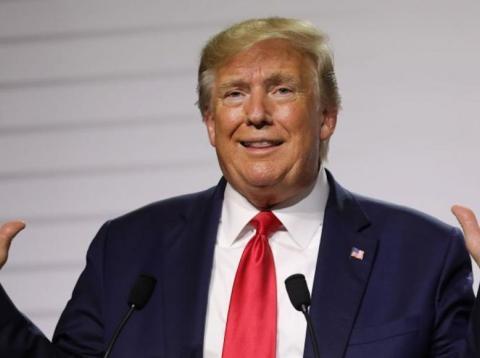 El presidente Donald Trump hace gestos en una conferencia de prensa con Macron durante la cumbre del G7.