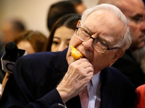 Warren Buffett se toma un helado antes de una junta de accionistas de Berkshire Hathaway