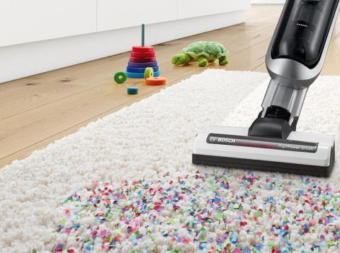 Aspiradora escoba Bosch Athlet limpiando alfombra