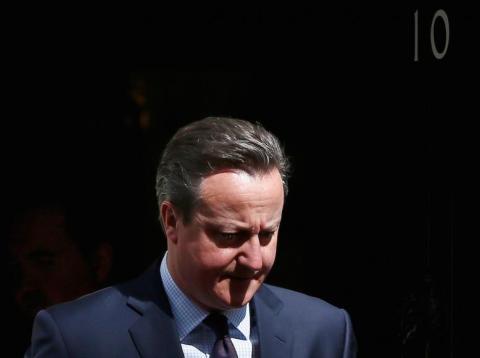 El exprimer ministro David Cameron, esperando la llegada del entonces presidente de Indonesia, Joko Widodo, al número 10 de Downing Street, en Londres, en abril de 2016.