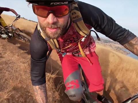 Ciclistas siendo grabados con cámaras de acción