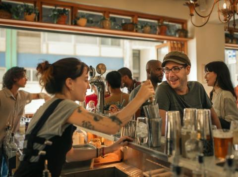 Camarera en una barra de bar