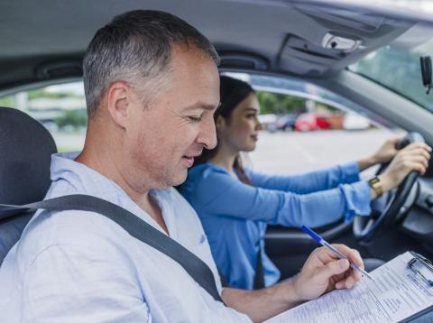 Chica sacándose el carné de conducir