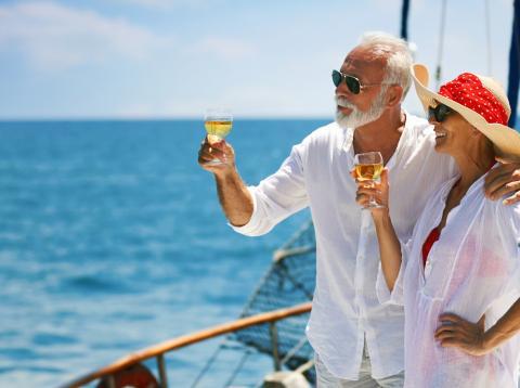 Dos jubilados celebran su retiro brindando a bordo de un velero