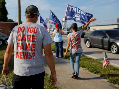 Camisetas criticando las fake news en un grupo de seguidores de Donald Trump