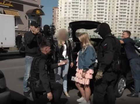 Una mujer es detenida por la policía en una broma planeada por su novio para pedirle matrimonio