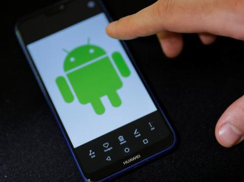 Logotipo de Android en teléfono móvil de Huawei