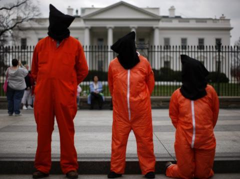 Manifestantes vestidos como prisioneros de la Bahía de Guantamo se manifiestan frente a la Casa Blanca