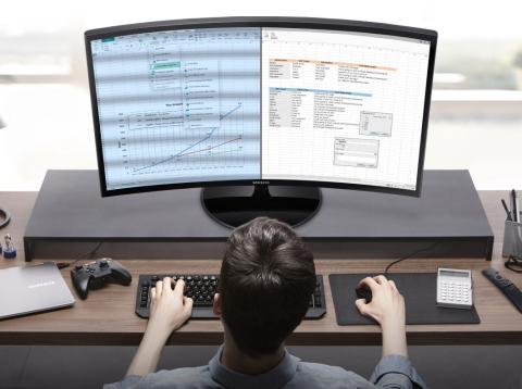 Usuario trabajando con monitor curvo de Samsung