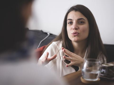 Mujer en una entrevista
