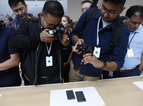 Los nuevos iPhone 11 Pro y 11 Pro Max, fotografiados en la sala de demostraciones de Apple después de su Keynote 2019.