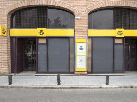 El nuevo logotipo de Correos en la fachada de una de sus oficinas