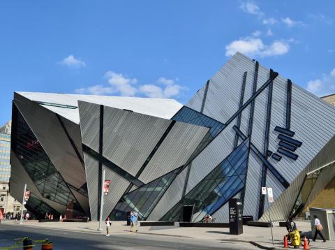 """A menudo conocido como """"el edificio más odiado de Canadá"""", el ROM Crystal en Toronto se enfrentó a serias críticas cuando se construyó por primera vez."""