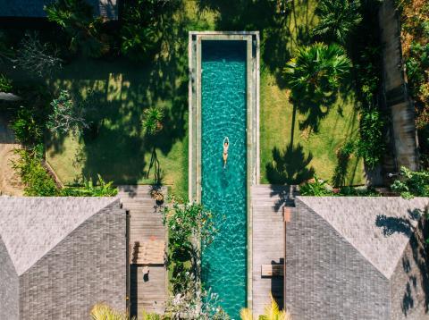Baño en una piscina de lujo