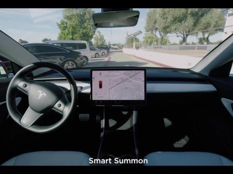 "Tesla con ""smart summon"" (reclamo inteligente)"