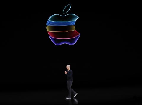Tim Cook y el logotipo de Apple