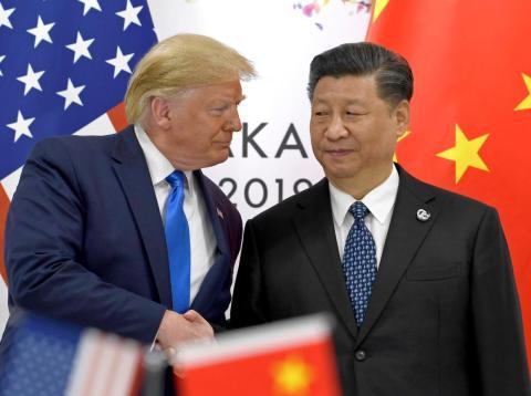 Donald Trump le da la mano al presidente c hino Xi Jinnping en una reunión durante el G-20 de Osaka, Japón.