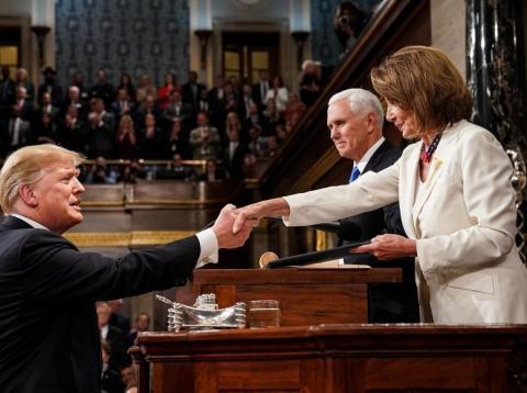 Donald Trump se da la mano con Nancy Pelosi, portavoz de la Cámara de los Representantes, en febrero de 2019.