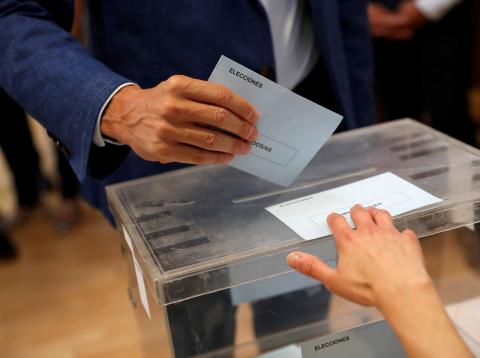 Hombre votando en las Elecciones Generales de 2019