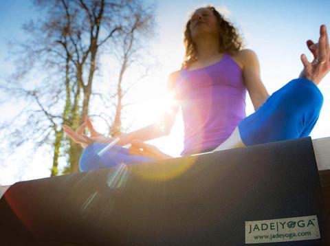 Esta esterilla de yoga es una inversión que vale la pena si eres serio con el yoga.