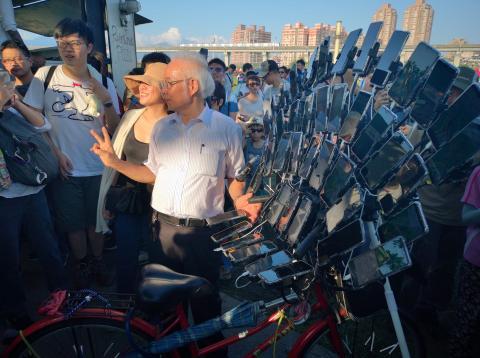 Chen San Yuan el hombre de la bicicleta con 45 teléfonos