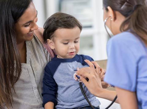 Una doctora atiende a un niño