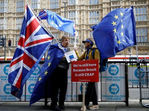 Dos manifestantes proeuropeas protestan contra el Brexit ante el Parlamento británico