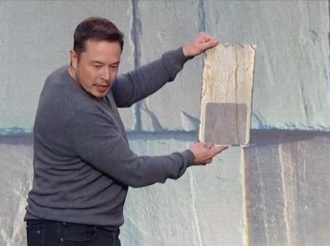 Elon Musk mostrando uno de sus paneles solares