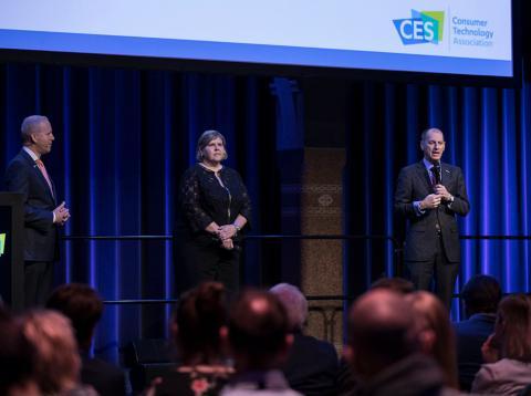 Gary Saphiro, presidente y CEO de CTA, Karen Chupka, vicepresidenta CES, y Steve Koening, vicepresidente de CTA.