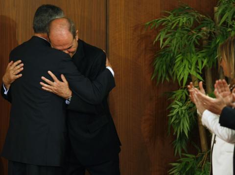 Griñán abraza a Chaves tras asumir el cargo de presidente de la Junta en Sevilla, abril de 2009.