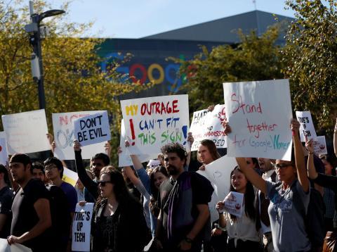 Un grupo de trabajadores de Google protesta por los casos de acoso sexual de directivos a mujeres en la compañía