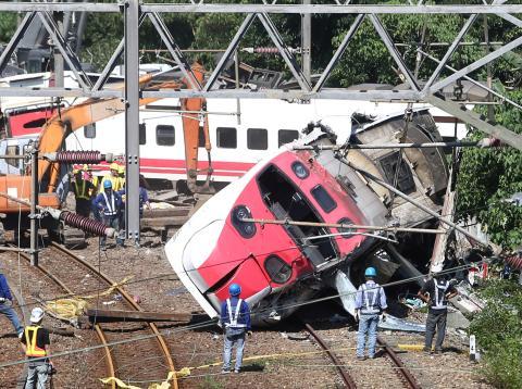 Un tren descarrilado tras un accidente ferroviario en Taiwán