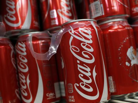 Coca cola dejará de utilizar anillas de plástico en sus latas en 2020