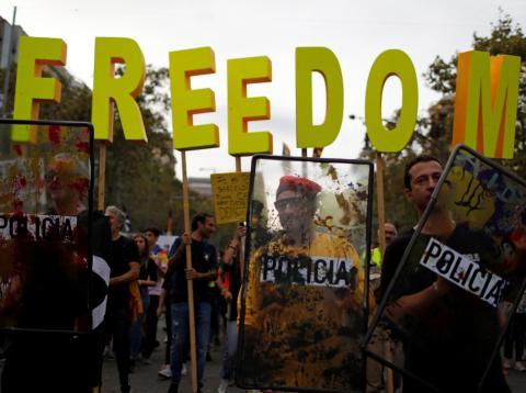 Manifestantes en el Paseo de Gracia, en Barcelona, durante la huelga general del 18 de octubre.