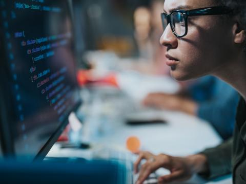 Mujer programando código