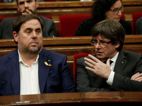 Oriol Junqueras y Carles Puigdemont, durante una sesión del Parlamento de Cataluña, en una fotografía de archivo