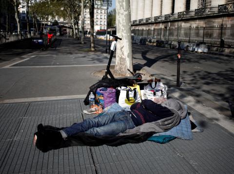 Una persona sin hogar en la calle en París.
