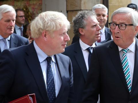 El presidente de la CE, Jean-Claude Juncker, mira con sorpresa al primer ministro británico, Boris Johnson