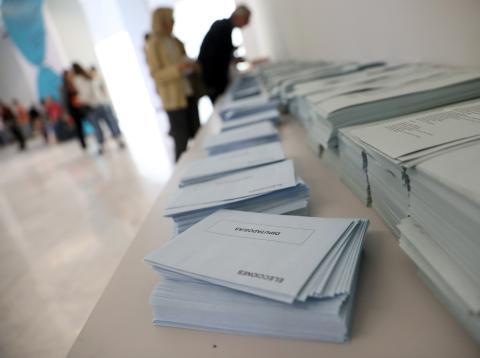 Una mesa con los sobres y papeletas electorales durante las elecciones del 28 de abril de 2019