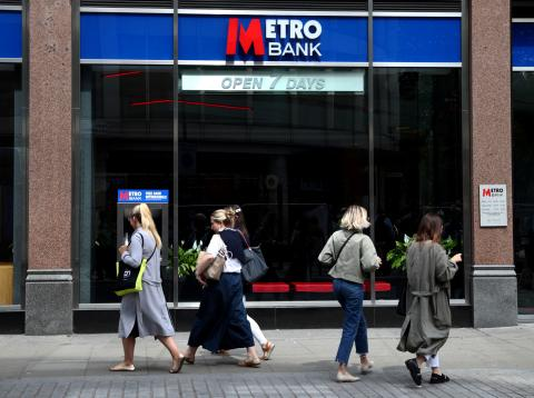La gente pasa ante una sucursal de Metro Bank en Londres
