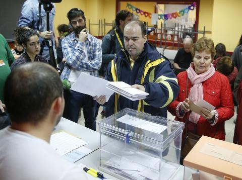 Un trabajador de Correos en una mesa electoral