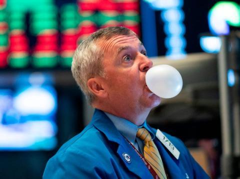 Un trader masca chicle en Wall Street mientras sigue la sesión bursátil