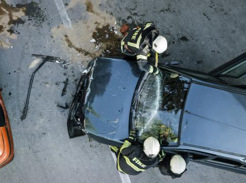 Accidente de coches con bomberos interviniendo